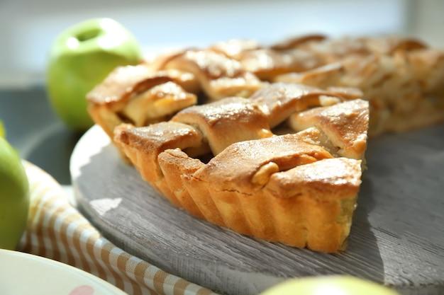 In piedi con una deliziosa torta di mele sul tavolo, primo piano