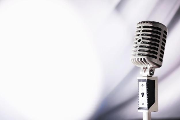 Stand con un microfono retrò. microfono su treppiede. performance dell'artista con un microfono vintage. scena con un microfono.