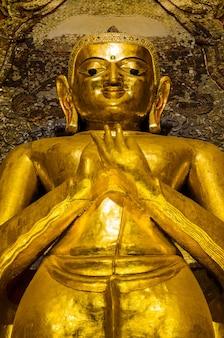 In piedi buddha kakusandha nel tempio di ananda, myanmar