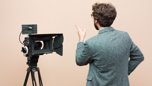 In piedi e indicando l'oggetto sullo spazio di copia, vista posteriore