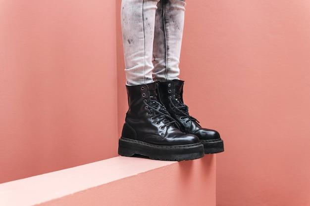 Donna in piedi che indossa stivali da combattimento