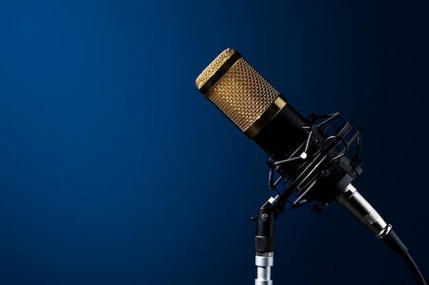 Microfono da tavolo con cavo montato su supporto con sfondo sfumato blu