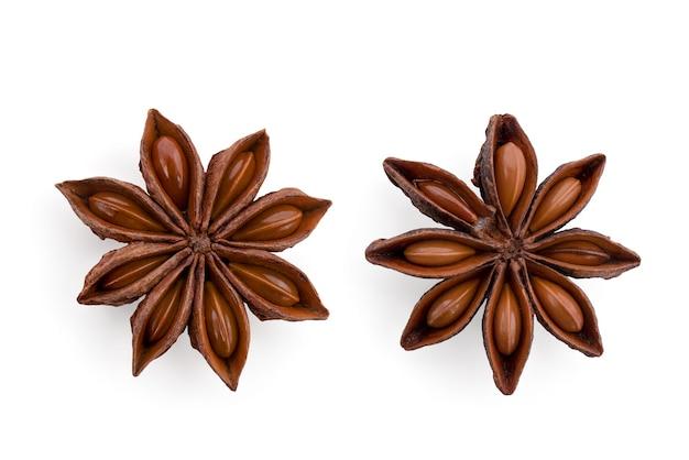 Anice stellato o illicium verum frutti isolati su sfondo bianco con tracciato di ritaglio.vista dall'alto,disposizione piatta.
