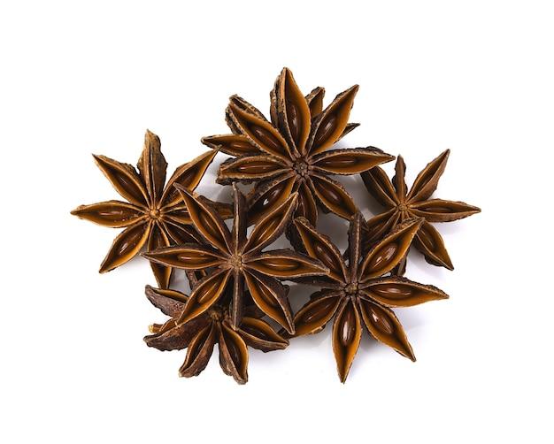 Frutta e semi della spezia dell'anice stellato isolati sul primo piano bianco