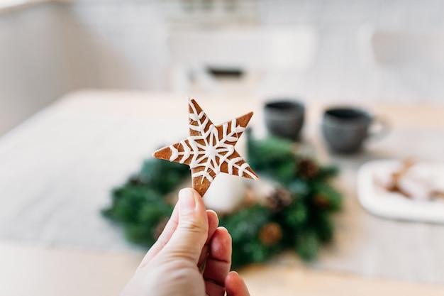 Biscotti stellari da forno per capodanno e natale, decorazioni per la casa e preparazione di regali
