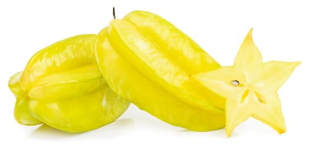 Carambola della frutta della stella o mela della stella isolata su bianco