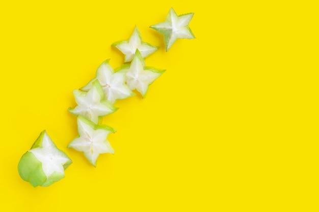 Fette di frutti di bosco su superficie gialla