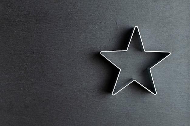 Tagliabiscotti a forma di stella su ardesia