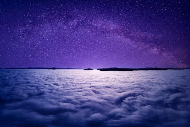 Cielo stellato sopra le nuvole o la nebbia. vista dal drone. atmosfera mistica o magica.