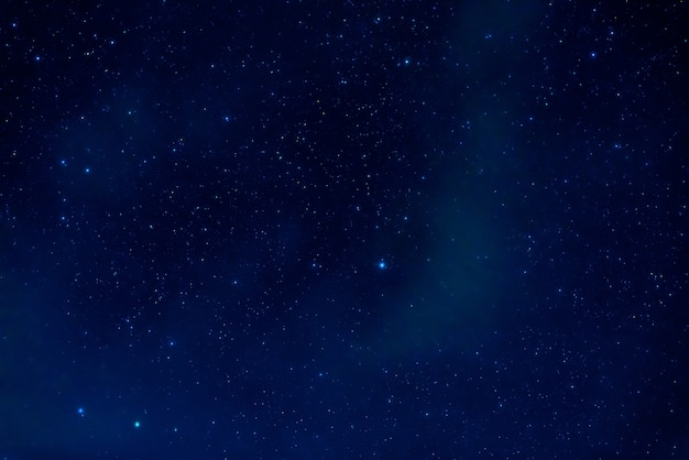 Cielo stellato con molte stelle e la via lattea. astrofotografia del cosmo con le galassie e l'universo