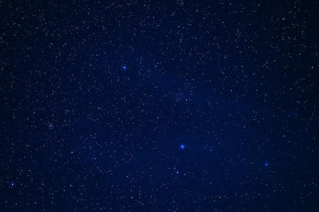 Cielo stellato con molte stelle e la via lattea. astrofotografia del cosmo con le galassie