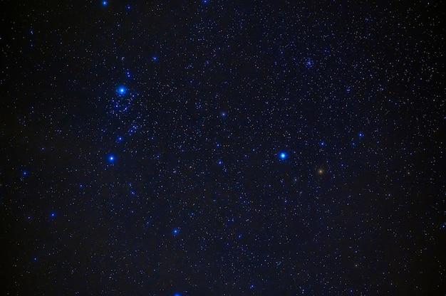 Stelle sullo sfondo del cielo stellato notturno con la via lattea. sfondo blu con galassie, nebulose e l'universo