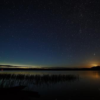 Le stelle nel cielo notturno sopra il fiume