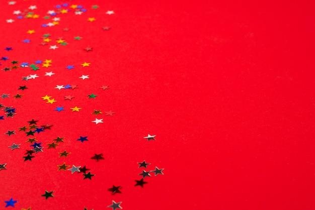 Stelle su sfondo rosso. copia spazio.