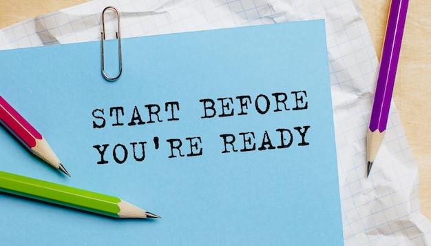 Inizia prima di essere pronto il testo scritto su un foglio con le matite in ufficio