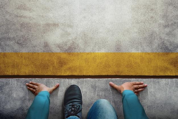 Inizia il concetto. vista dall'alto di un uomo sulla linea di partenza, preparati per nuove sfide nella vita e negli affari