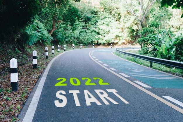 Linea di partenza al 202 su strada in legno l'inizio di un viaggio verso la destinazione in pianificazione aziendale, strategia e sfida o percorso di carriera, concetto di opportunità.