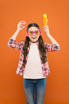 Inizia questa festa. la bambina carina festeggia la pasqua. concetto di infanzia felice. esplora la pasqua e la primavera in vari modi. attività pasquali divertenti ed educative per bambini. uova di pasqua della bambina.