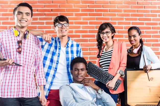 Lavoro di squadra internazionale di start-up aziendale