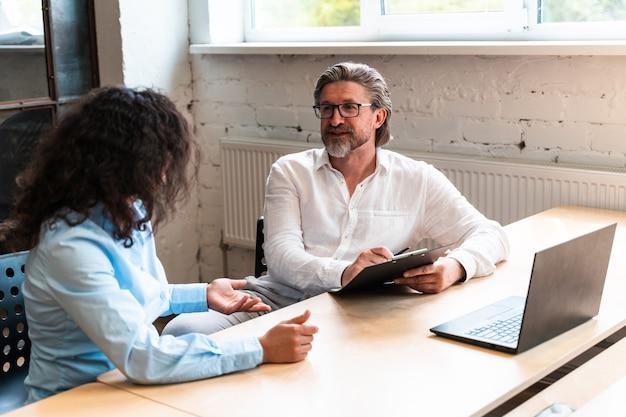 Avviare un team aziendale in ufficio. gruppo multietnico che lavora insieme su un nuovo progetto nella sala conferenze