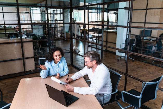 Avviare un team aziendale in ufficio. reclutatore e donna su un colloquio di lavoro