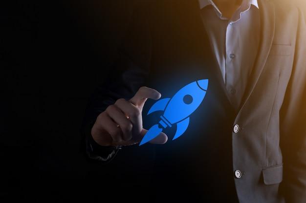 Il concetto di avvio con l'icona del razzo digitale astratto dell'uomo d'affari sta lanciando il volo in volo