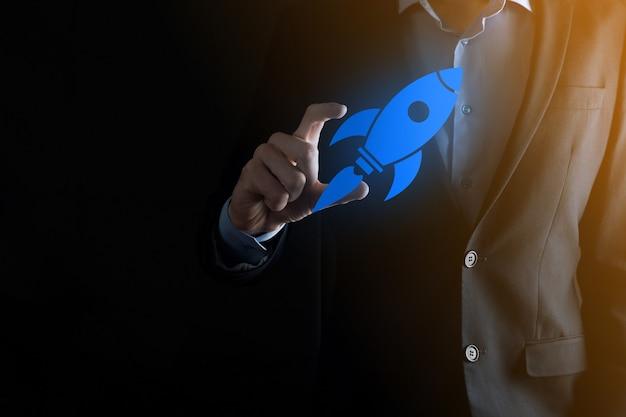 Avviare il concetto con l'uomo d'affari che tiene il razzo digitale astratto dell'icona del razzo sta lanciando e volando in volo.