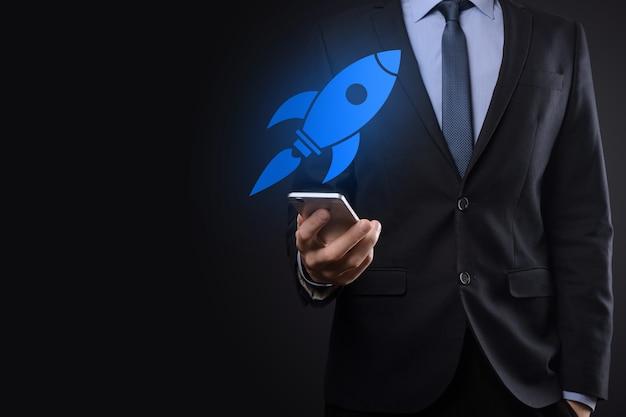 Avviare il concetto con l'uomo d'affari che tiene l'icona del razzo digitale astratto il razzo sta lanciando e volando