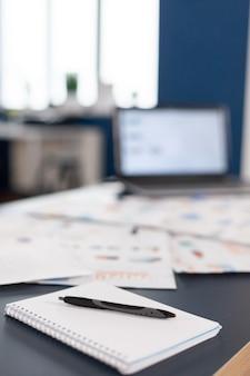 Avviare un ufficio con un design moderno durante il giorno della società finanziaria. area di brainstorming nel centro commerciale senza nessuno, colpo di stanza vuota con mobili moderni e parete blu.
