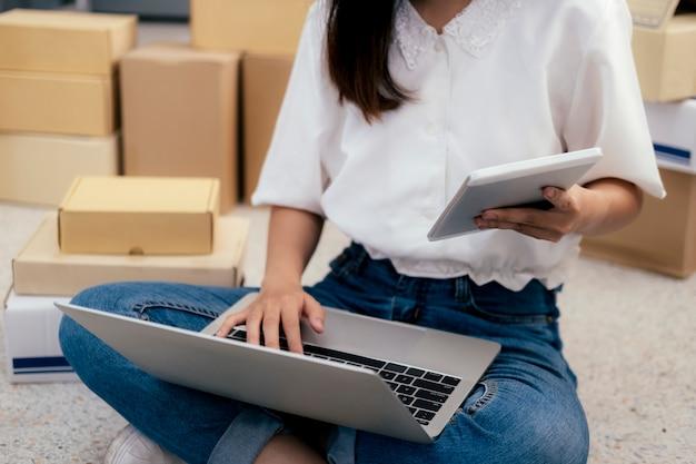 Avvia il proprietario del venditore online controllando gli ordini dei clienti