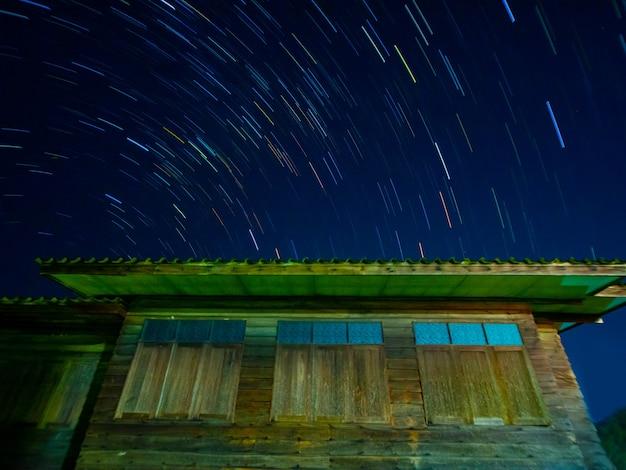 Startails nell'area della casa di legno nella notteasiathailandia