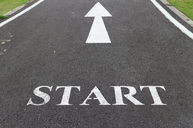Punto di partenza inizio sulla strada iniziare l'allenamento l'inizio del jogging.