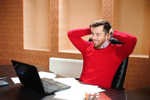 Startup, sviluppatore di software che lavora al computer in ufficio moderno