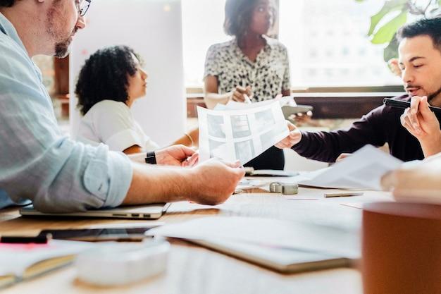 Brainstorming del team di start-up nella sala riunioni