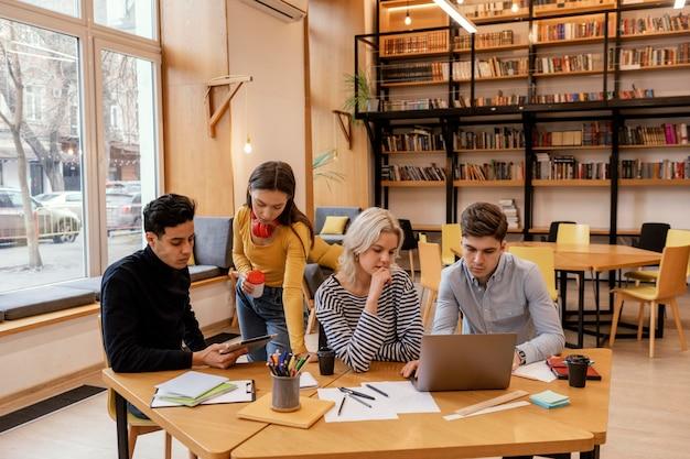 Imprenditori di startup che discutono di strategie