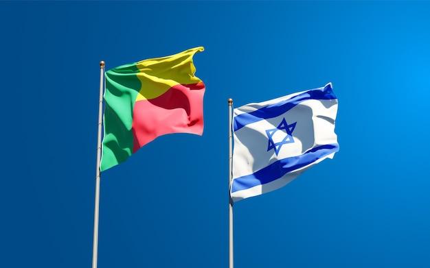 Bandiere di stato di israele e benin insieme sullo sfondo del cielo