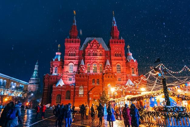 Museo storico statale di mosca sulla piazza rossa vicino al cremlino con una festosa decorazione natalizia di notte in inverno