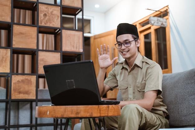 Funzionari statali o dipendenti governativi che si incontrano tramite chiamata online