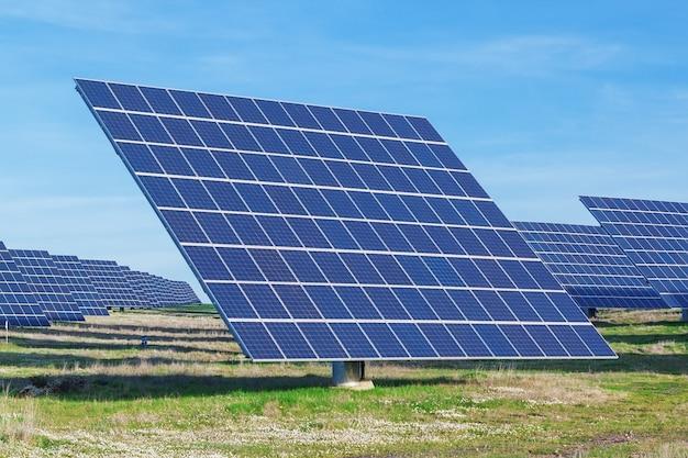 Stazione di pannelli solari su un prato verde. per la generazione di elettricità.