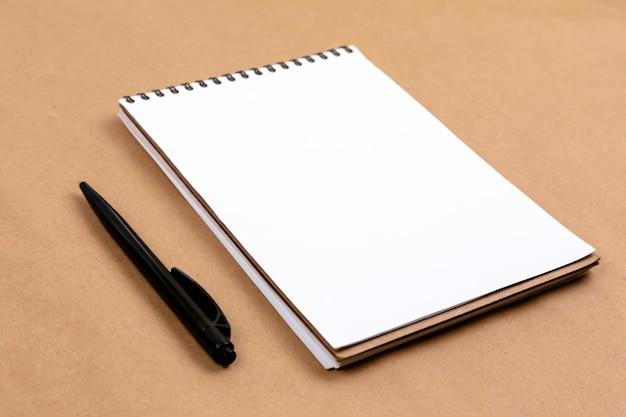 Concetto stazionario, vista dall'alto distesa piatta foto di matita e blocco note su beige