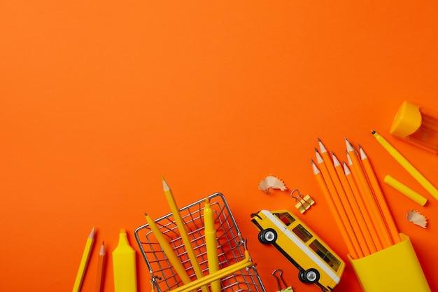 Autobus stazionario e giocattolo sull'arancio