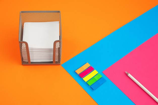 Cancelleria in vivaci colori pop con effetto illusione visiva, arte moderna. collezione, impostata per l'istruzione. copyspace per l'annuncio. cultura giovanile, cose alla moda intorno a noi. luogo di lavoro creativo alla moda.