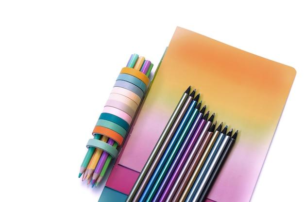 Pastelli colorati e quaderni di cancelleria
