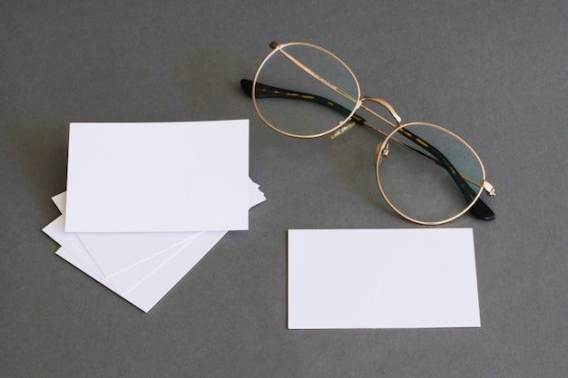 Concetto di cancelleria con biglietti da visita e occhiali