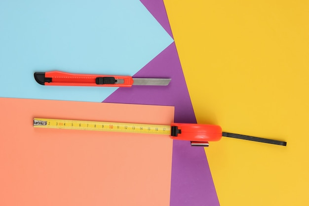 Coltello da cancelleria per tagliare carta e metro a nastro industriale su carta colorata