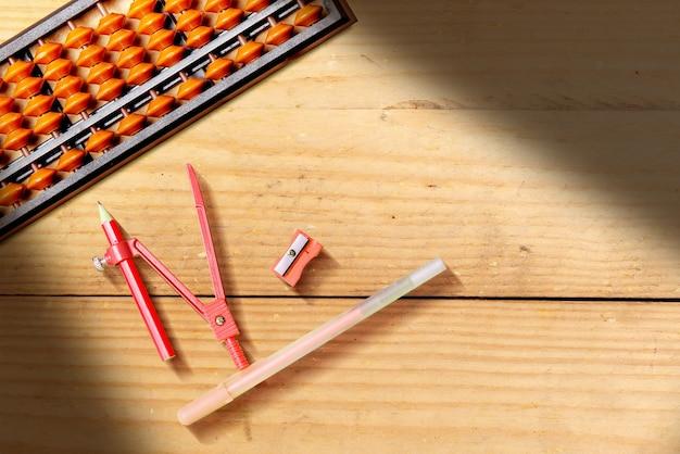 Cancelleria con sfondo tavolo in legno. ritorno al concetto di scuola