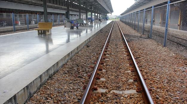 Stazioni e binari dei treni sono vuoti.