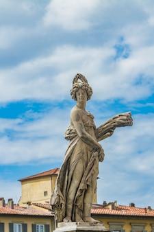 Statua della estate a ponte santa trinita a firenze