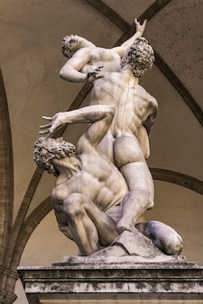 Statua rapimento di una donna sabina del giambologna dal 1583 nella loggia dei lanzi a firenze, italia