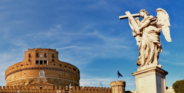 Una statua di un angelo su sant angelo bridge a roma, italia